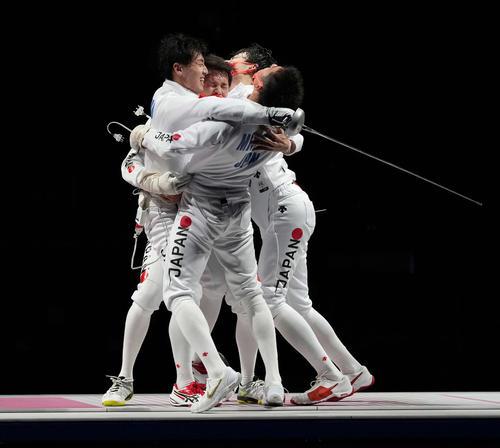 日本対ROC 金メダルを獲得し抱き合って喜ぶ日本代表(撮影・鈴木みどり)