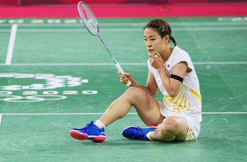 女子シングルス準々決勝 中国選手にポイントを奪われ座り込む奥原希望(共同)