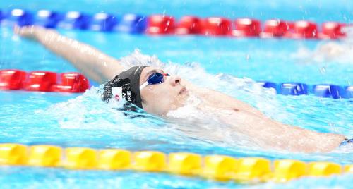 男子200メートル背泳ぎ準決勝 力泳する入江(撮影・鈴木みどり)