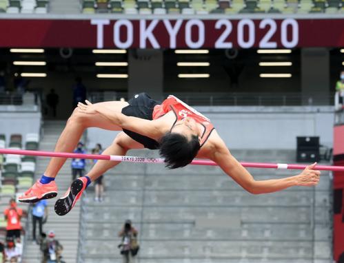 男子走り高跳び予選 2メートル17をクリアする戸辺直人(共同)