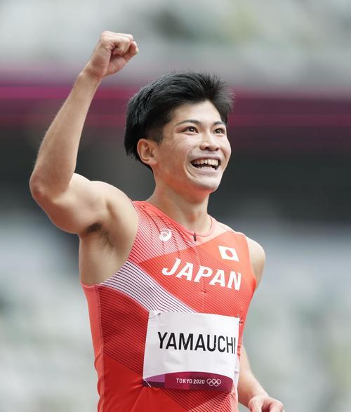 男子400メートル障害予選 ゴール後にガッツポーズする山内大夢(共同)