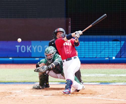 日本対メキシコ 2回表日本2死一、二塁、中前に同点適時打を放つ甲斐(撮影・江口和貴)