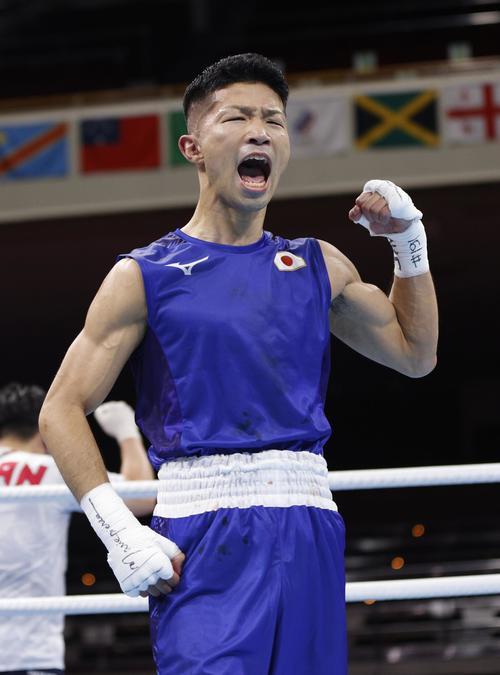 男子フライ級2回戦で中国選手に勝利し、ガッツポーズする田中亮明(共同)