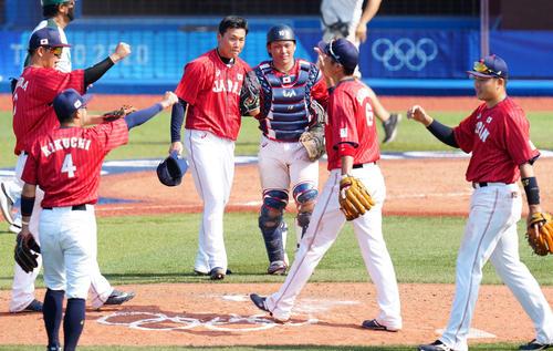 日本対メキシコ 最後を締め捕手甲斐(中央右)と喜ぶ4番手の栗林(同左)(撮影・江口和貴)