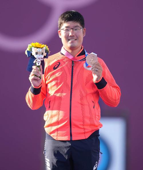 アーチェリー男子個人で銅メダルを手に笑顔の古川(撮影・鈴木みどり)