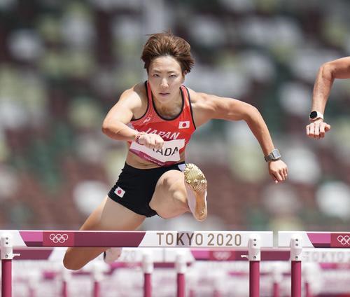 女子100 メートル 障害予選 力走する寺田明日香(共同)