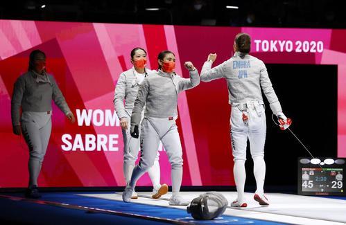 女子サーブル団体1回戦 チュニジアに勝利した(右から)江村美咲(後ろ姿)、青木千佳、田村紀佳、福島史帆実の日本チーム(共同)