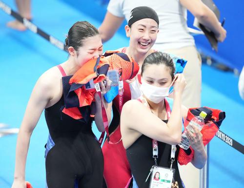 女子400メートルメドレーリレー決勝 8位で終え涙する池江(左)。右は五十嵐、手前は渡部(撮影・鈴木みどり)