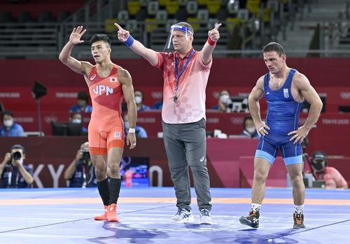 男子グレコローマン60キロ級準決勝 ウクライナの選手(右)に勝利した文田健一郎(共同)