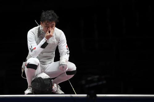 フェンシング団体フルーレ 4位に終わり悔しそうな松山恭介(ロイター)