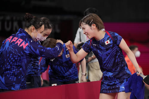 卓球女子団体1回戦 日本-ハンガリー 伊藤美誠(左)とグータッチする平野美宇(AP)