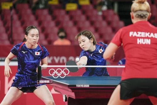 女子団体1回戦 第1試合でプレーする石川佳純(左)、平野美宇組。手前のハンガリー、マリア・ファゼカシュの髪型の五輪マークにも注目が集まっている(共同)