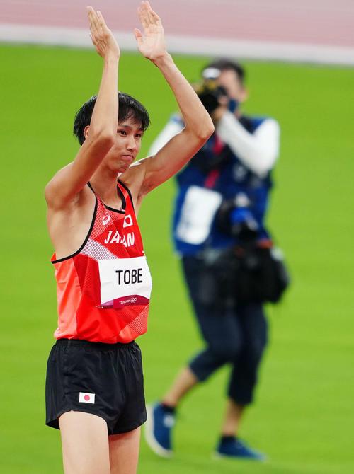 男子走り高跳び決勝、2メートル27の3回目の跳躍を失敗した戸辺(撮影・江口和貴)