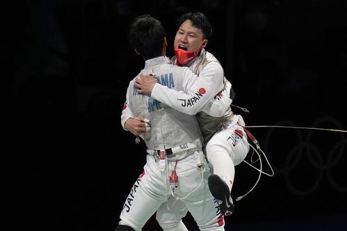 フルーレ団体 イタリアに勝利し喜ぶ日本(AP)