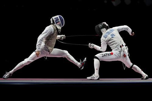 フルーレ団体 準決勝でフランス(左)に敗れた日本(ロイター)