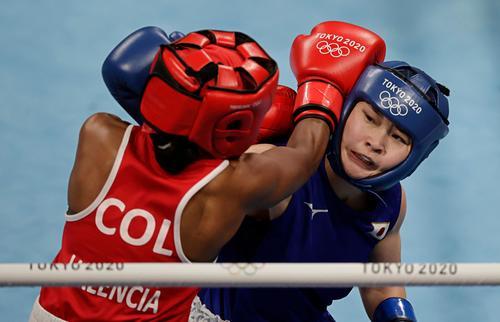 ボクシング 女子フライ級準々決勝 コロンビア選手を攻める並木月海(右)(ロイター)