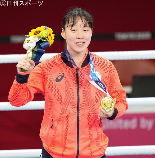 ボクシング女子フェザー級決勝 金メダルを手に笑顔の入江(撮影・鈴木みどり)