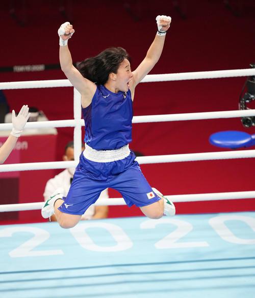 ボクシング女子フェザー級決勝 ペテシオに勝利し金メダルを獲得し、跳びはねながらガッツポーズする入江(撮影・鈴木みどり)