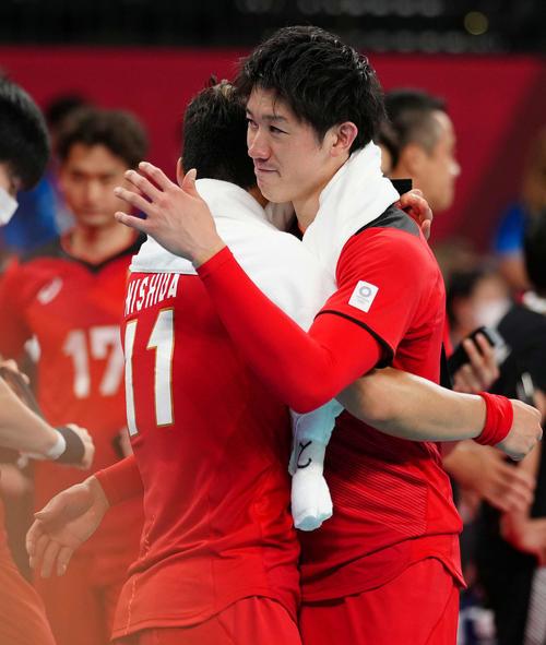男子準々決勝でブラジルに敗れ、互いをねぎらう石川(右)と西田(撮影・江口和貴)