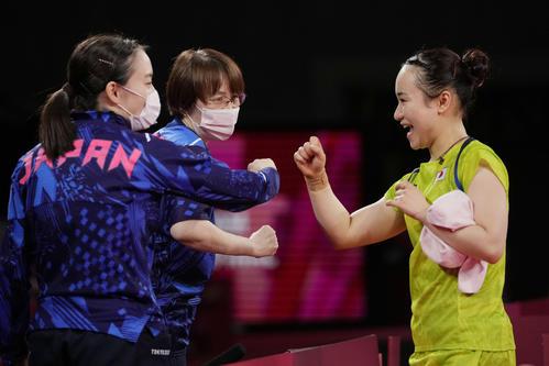 卓球女子団体準決勝 日本-香港 第2試合に勝利し喜ぶ伊藤美誠(右)(AP)