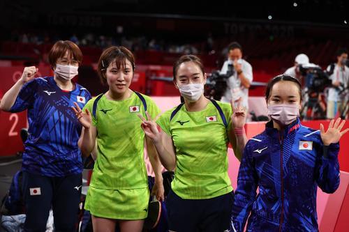 卓球女子団体準決勝 日本-香港 香港に3-0で勝利し喜ぶ平野美宇、石川佳純、伊藤美誠(ロイター)