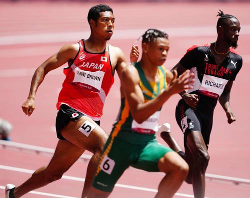 男子200メートル予選2組、6着となったサニブラウン(左)(撮影・江口和貴)
