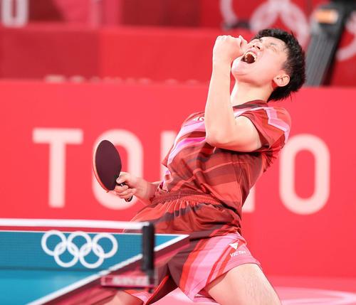 卓球男子団体準々決勝 日本対スウェーデン 第3試合、ポイントを奪い体を大きく反らして喜ぶ張本(撮影・河野匠)