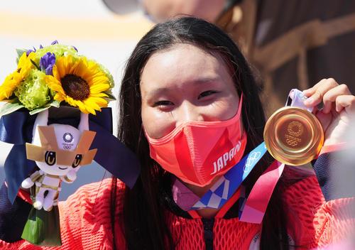 スケートボード・女子パークで優勝し、金メダルを手に笑顔を見せる四十住