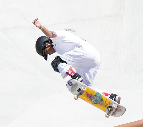スケートボード・女子パークで1本目の演技をする開