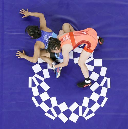 女子57キロ級2回戦 ボルドサイハン(左)を攻める川井梨紗子(共同)