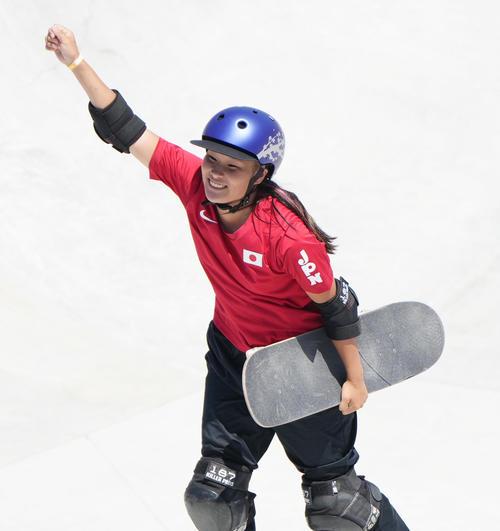 スケートボード・女子パーク決勝で1本目の演技を終え、ガッツポーズを見せる四十住