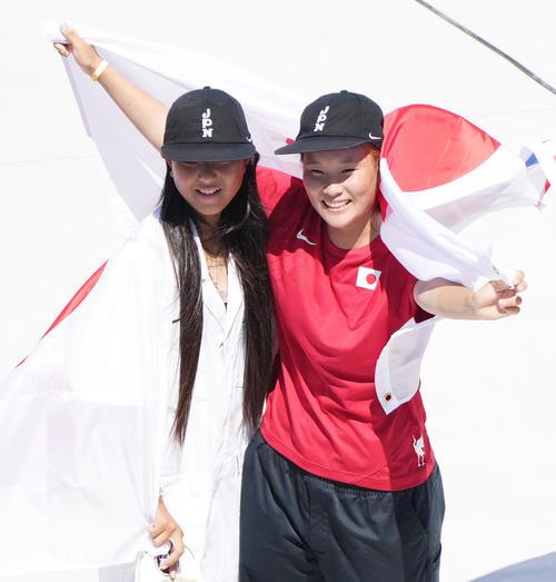 スケートボード・女子パークで金メダルの四十住(右)と銀メダルの開は、日の丸を手に笑顔を見せる
