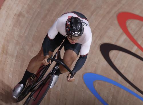 自転車トラック 男子スプリント予選 周回する脇本