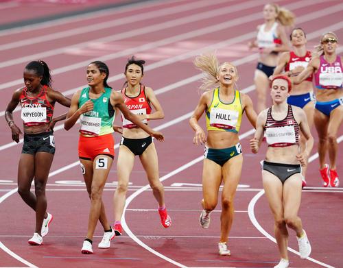 女子1500メートル準決勝1組、5着でフィニッシュし決勝進出を決めた田中(中央)(撮影・江口和貴)