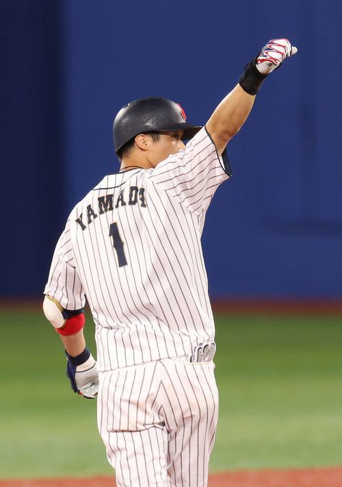 日本対韓国 8回裏日本2死満塁、勝ち越しの左越え3点適時二塁打を放ちガッツポーズを見せる山田(撮影・河野匠)