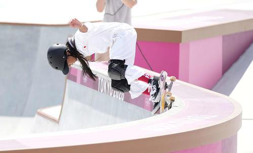 スケートボード女子パーク予選 1本目を滑る開(撮影・鈴木みどり)