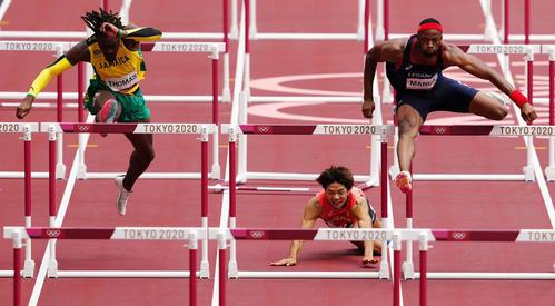 男子110メートル障害準決勝2組、転倒する金井(中央)(撮影・江口和貴)