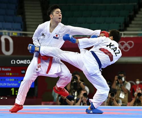 カザフスタン選手(右)を攻める佐合尚人(共同)