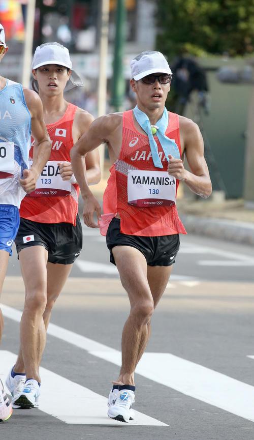 男子20キロ競歩の池田(左奥)は山西の後ろにつく(撮影・佐藤翔太)
