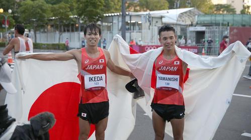 男子20キロ競歩で銀メダルの池田向(左)と銅メダルの山西(撮影・佐藤翔太)