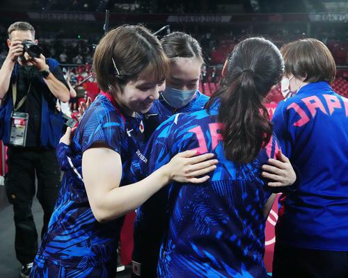日本対中国 試合後、互いをねぎらう、左から平野、石川、伊藤(撮影・江口和貴)