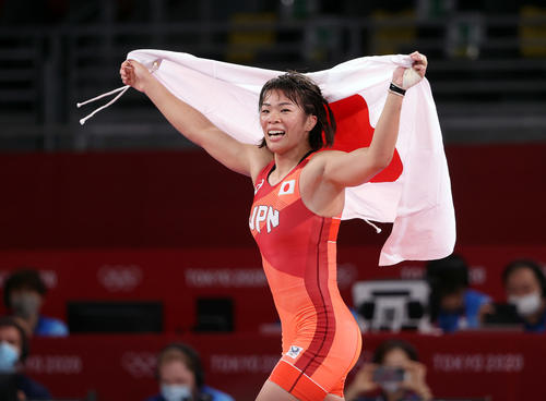 女子57キロ級で金メダルの川井梨は日の丸を手にウイニングラン(撮影・パオロ・ヌッチ)