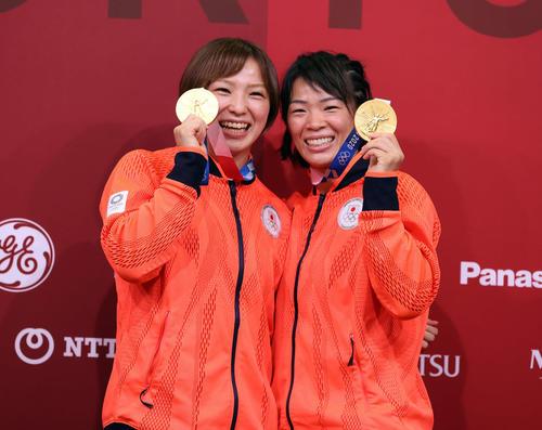 女子57キロ級決勝で金メダルを獲得した姉の川井梨紗子(右)は、62キロ級で金メダルの友香子と笑顔を見せる(撮影・パオロ ヌッチ)