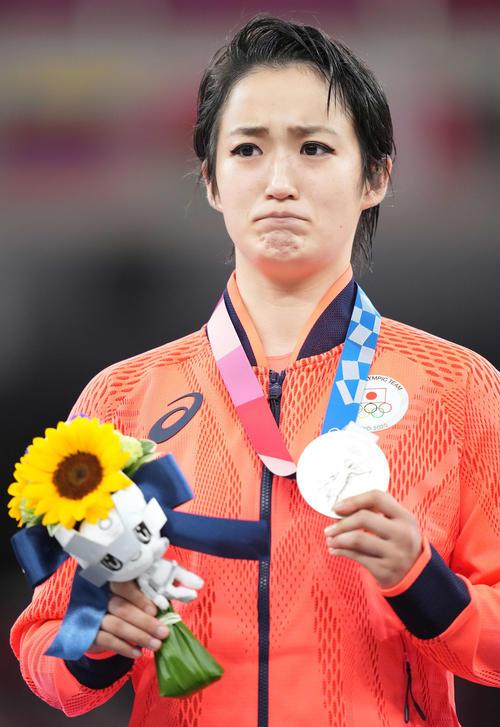 空手女子形決勝 表彰台で涙をこらえながら銀メダルを手にする清水(撮影・鈴木みどり)