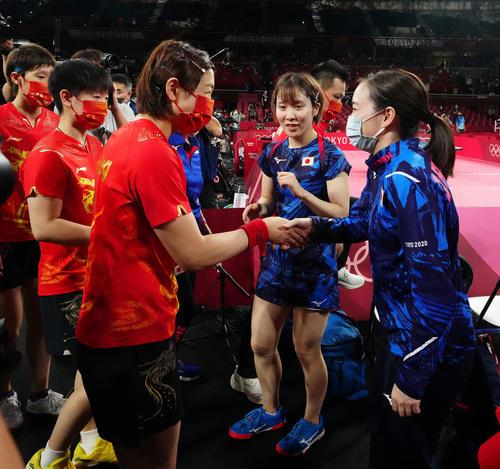 日本対中国 試合後、中国の選手たちと握手をかわす石川(右端)と平野(撮影・江口和貴)