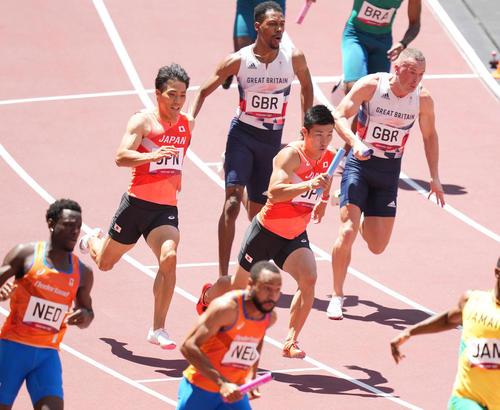 男子400メートルリレー予選 第3走者の桐生(中央右)にバトンパスする第2走者の山県(同左)(撮影・鈴木みどり)