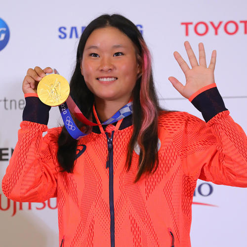 一夜明け会見を終え、金メダルを手に笑顔を見せるスケートボード女子パークの四十住(代表撮影)