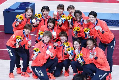 女子バスケットボールで獲得した銀メダルを手に笑顔を見せる日本代表の選手たち(撮影・菅敏)