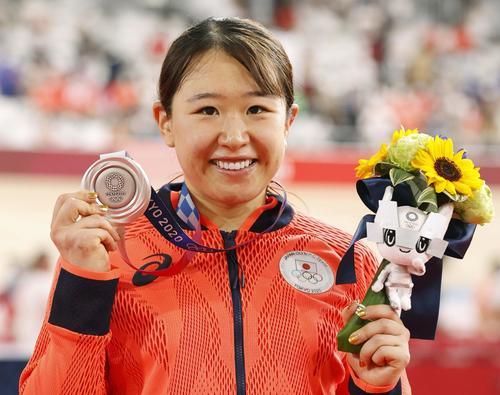 女子オムニアムで獲得した銀メダルを手に、笑顔の梶原悠未(共同)