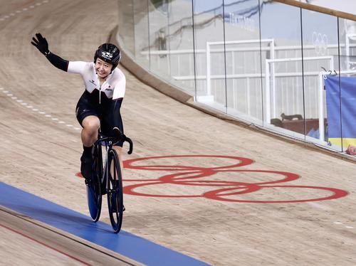 自転車トラック女子オムニアム ポイントレース 銀メダルを決め、観客の声援に応える梶原悠未(撮影・河田真司)